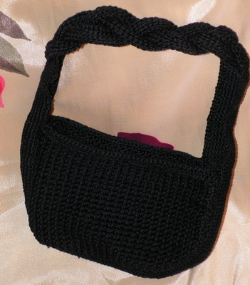 Описание работы над сумочкой в технике тунисского вязания.